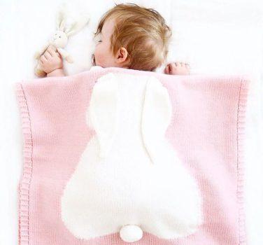 Finom kötésű nyuszis mintás takaró babáknak