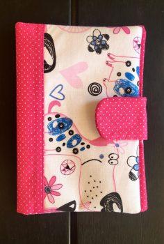Rózsaszín kiskutyus- Egészségügyi kiskönyv borító